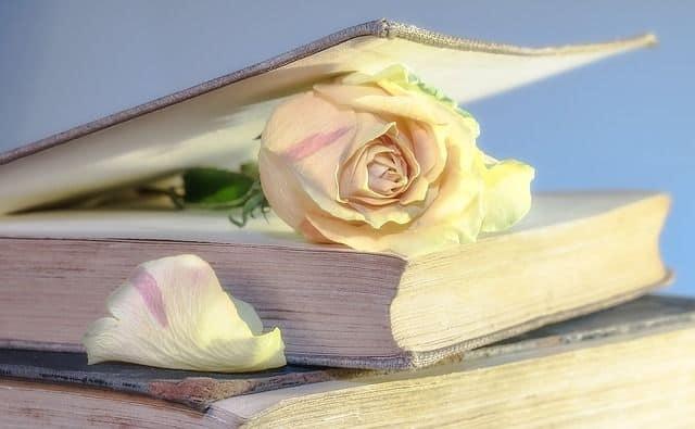 libro de condolencias con flores