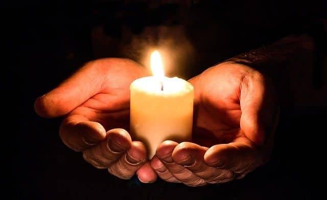 Que significa la palabra funeral con la luz de las velas. Artículo de nuestro blog de nuestra floristería para llevar o enviar flores a tanatorios de toda España explicando lo que significa la palabra funeral y su posible origen a esta palabra a lo largo de su historia