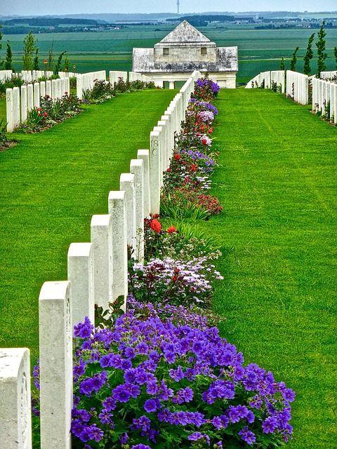 Que es un cenotafio y tipos de cenotafios. Los hay con placas y también con monumentos conmemorativos funerarios sin estar el cuerpo presente en esa tumba.