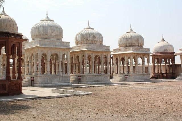 tumbas vacías donde no hay nadie enterrado, en este caso en la india