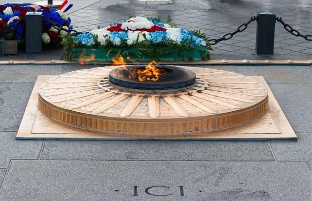 cenotafio Tumbas vacías donde no hay nadie enterrado. Llama y fuego en memoria de seres queridos fallecidos