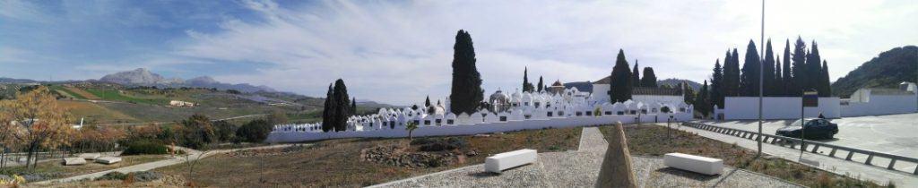 Cementerio de Casabermeja vista general desde el momento que te bajas del coche y aprecias toda la belleza del cementerio de Casabermeja