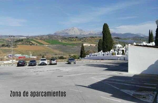 Cementerio de Casabermeja zona de aparcamientos muy amplia.