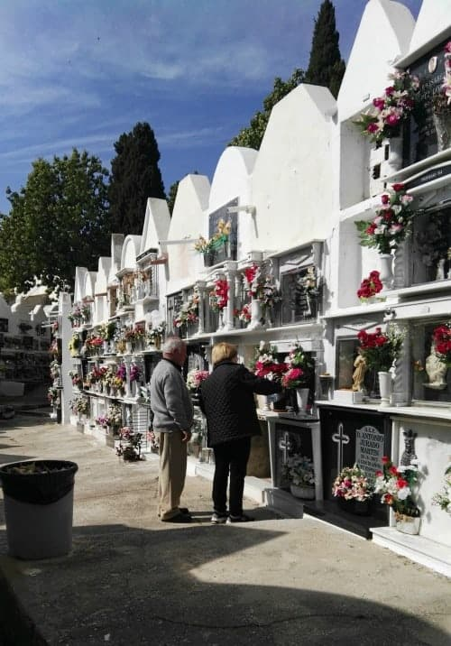 Cementerio de Casabermeja cambio de flores para funerales en memoria de sus seres queridos fallecidos