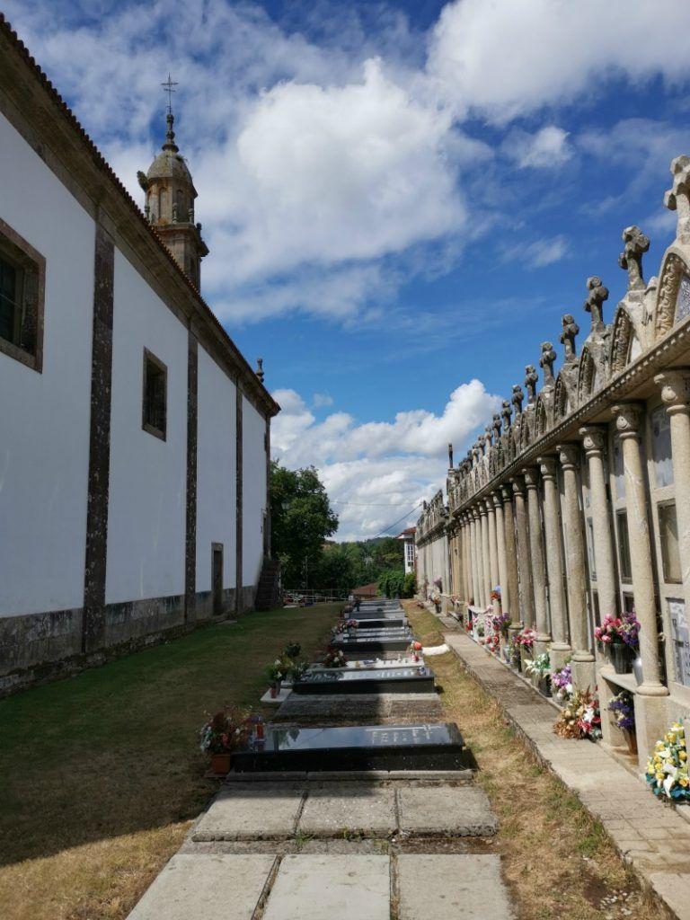Cementerio de Lavacolla, detalle vista general del cementerio entre panteones y tumbas bajo el suelo