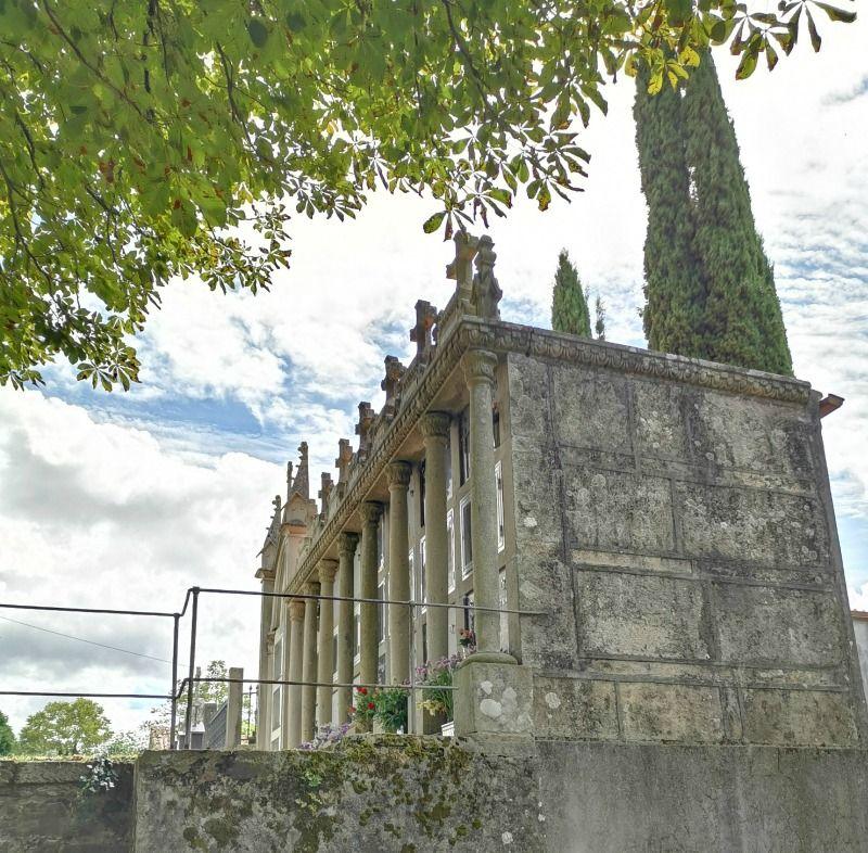 Cementerio de Lavacolla, imagen con detalle de los laterales del campo santo